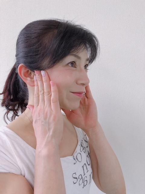 筋膜ストレッチで顔を整える。 透明感のある肌、すっきりフェイスラインに